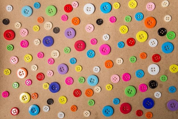 Fond de boutons à coudre. boutons de couture colorés texture