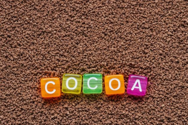 Fond de cacao avec l'inscription de cacao en lettres colorées sur des cubes. gros plan, vue de dessus