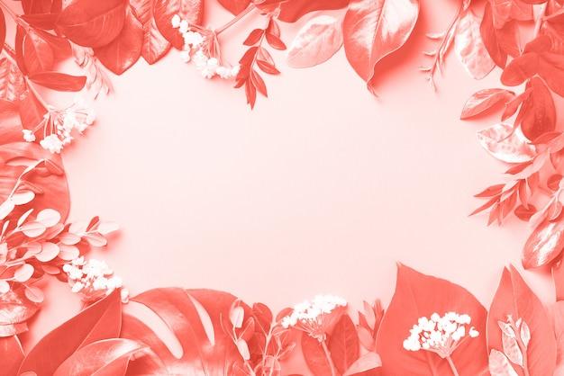 Fond de cadre créatif composé de feuilles tropicales. lay plat. vue de dessus