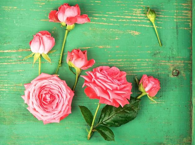 Fond de cadre floral romantique roses roses sur fond en bois.