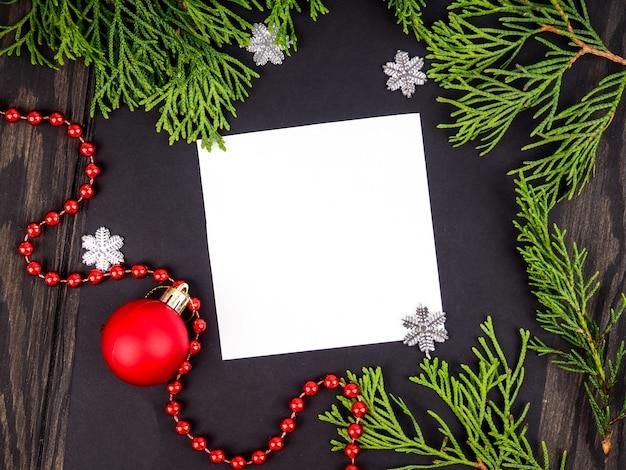 Fond de cadre de noël avec arbre de noël et décorations de noël. carte de voeux joyeux noël, bannière. thème des vacances d'hiver. bonne année. espace pour le texte