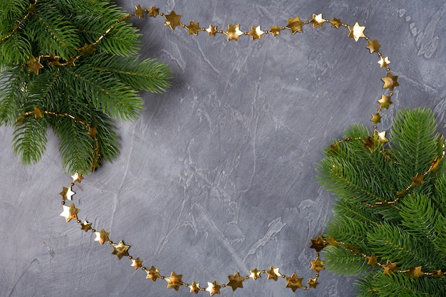 Fond de cadre de noël ou du nouvel an. branches de sapin de noël et panneau de cadre doré avec espace de copie. moke-up.