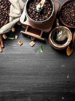 Fond de café café frais avec des cristaux de sucre et des grains de café sur le tableau noir