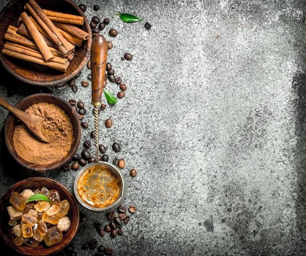 Fond de café café en turquie avec des cristaux de sucre, de cannelle et de café moulu sur un fond rustique