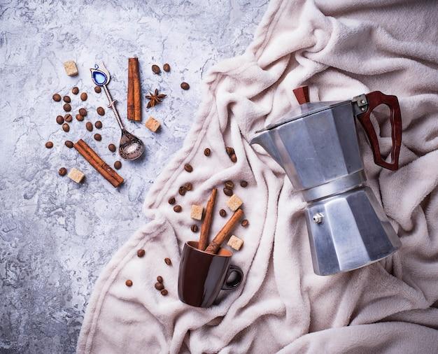 Fond de café créatif avec des haricots, du sucre et de la cafetière. style flatlay
