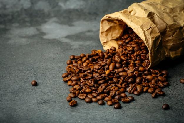 Fond de café. grains de café torréfiés sur fond sombre. bannière de café pour le menu, la conception et la décoration