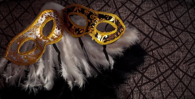 Fond de carnaval avec masques vénitiens et panache