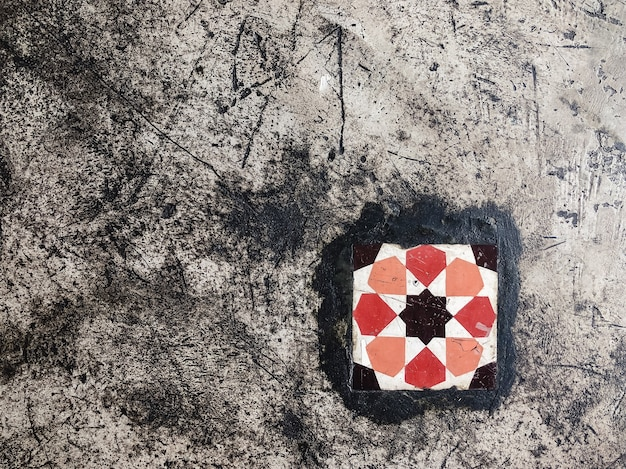 Fond de carreaux de sol coloré vintage. mur texturé en béton gris avec des rayures. copiez l'espace.