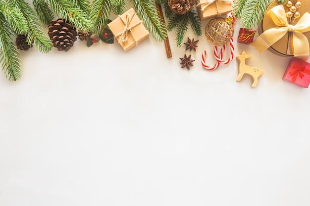 Fond de carte de noël avec décoration festive
