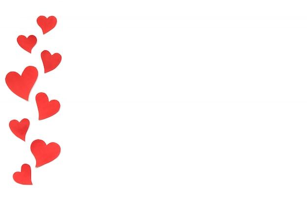 Fond de carte de saint valentin, coeurs mignons rouges en papier. fond blanc avec des coeurs en papier découpé en différentes tailles. saint valentin romantique. copyspace