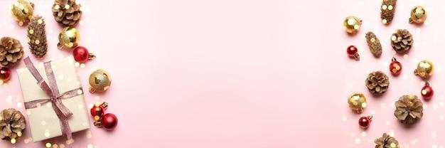 Fond de carte de voeux joyeux noël avec des cônes et des boules rouges or