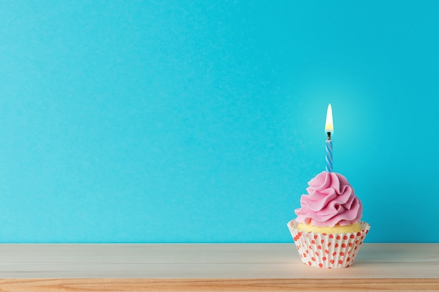 Fond de célébration colorée avec cupcake