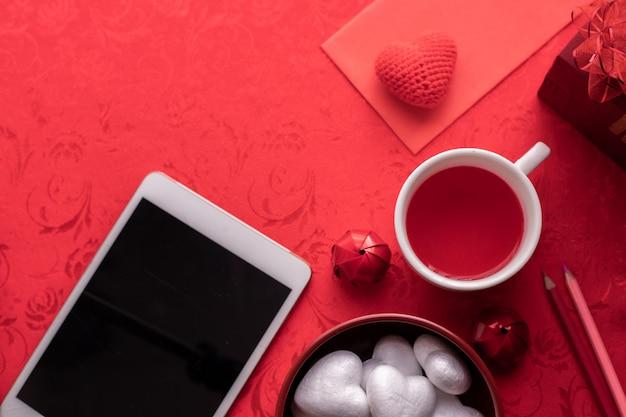 Fond de célébration de vacances saint valentin, tasse de jus et boîte-cadeau.
