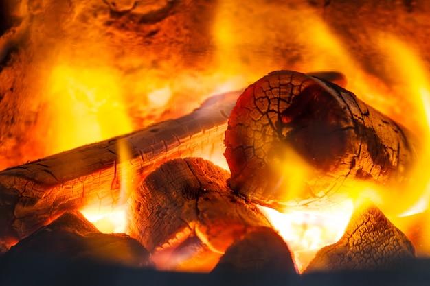 Fond de cendres-braises rougeoyant