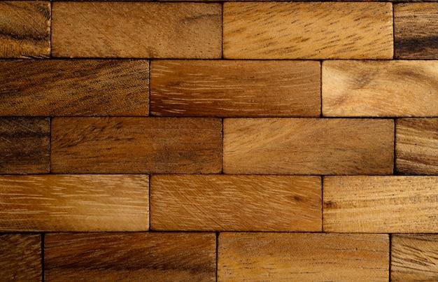 Le fond de chaque morceau de bois est disposé en rangées.