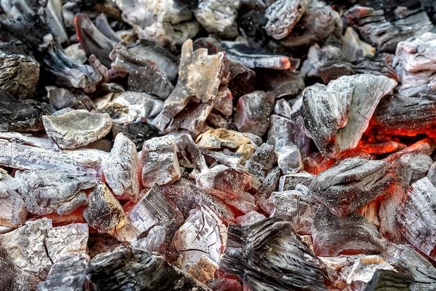 Fond de charbons ardents dans le barbecue.
