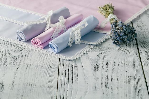 Fond chic minable avec des serviettes et de la lavande