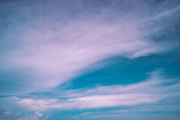 Fond de ciel de beaux nuages duveteux blancs