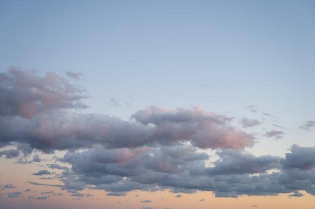 Fond de ciel belles nuances de bleu et de rose le soir