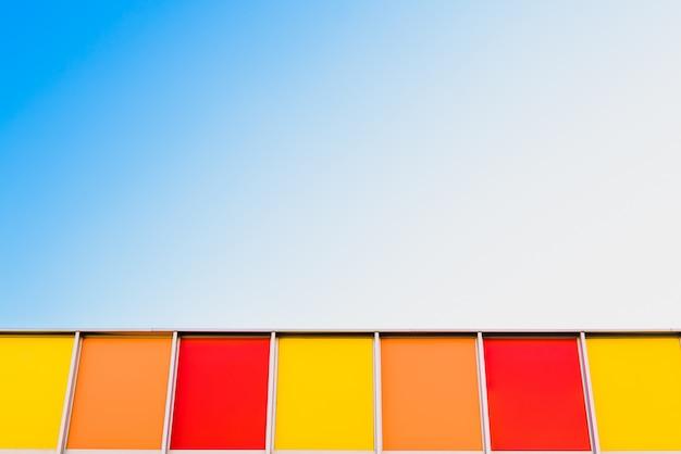 Fond d'un ciel bleu avec des carrés de couleur, copiez l'espace pour le texte