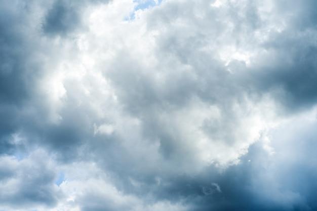Fond de ciel bleu avec image de nuages blancs moelleux
