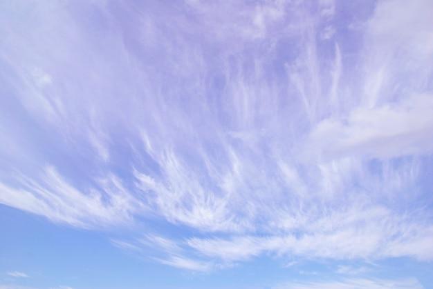 Fond de ciel bleu avec de minuscules nuages
