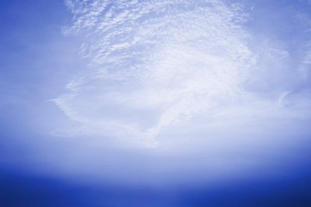 Fond de ciel bleu à motifs de nuages
