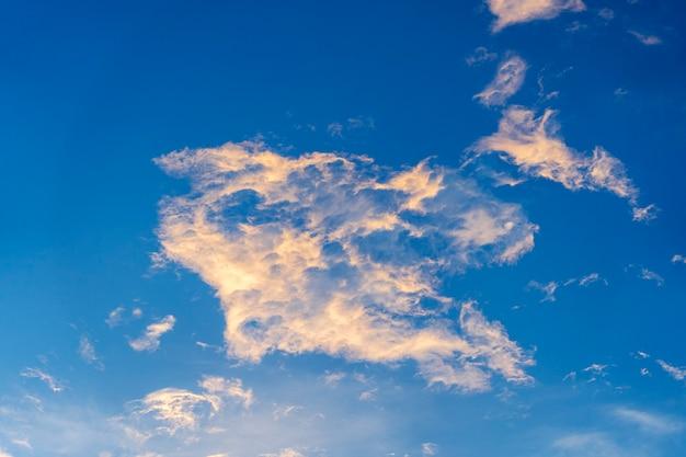Fond de ciel bleu avec des nuages blancs pendant le coucher du soleil