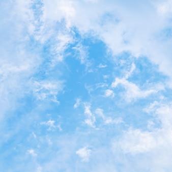 Fond de ciel bleu avec des nuages blancs