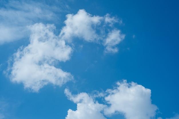 Fond de ciel bleu avec des nuages - mage