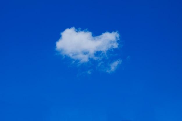 Fond de ciel bleu avec des nuages, scape de ciel.