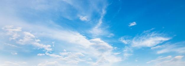 Fond de ciel bleu de panorama avec le nuage blanc