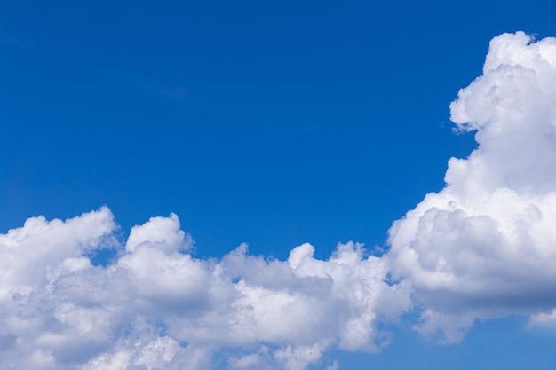 Fond de ciel bleu avec de petits nuages