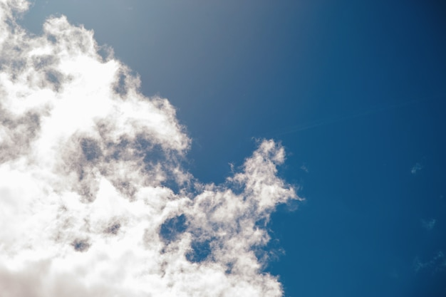 Fond de ciel bleu profond avec de minuscules nuages