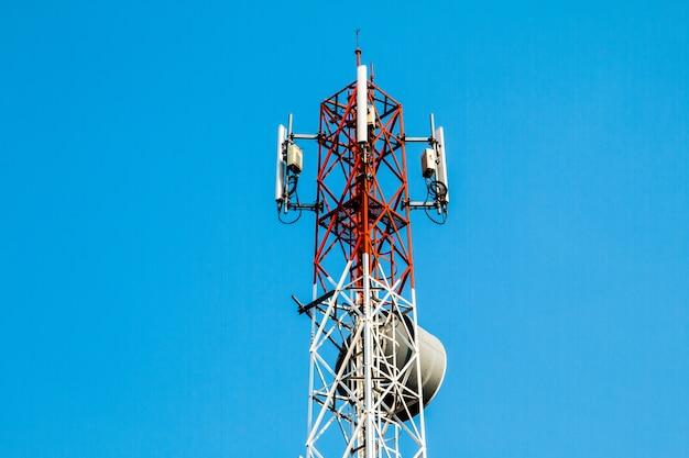 Fond de ciel bleu telecom, antenne de téléphone