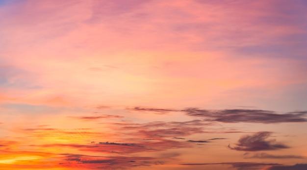 Fond de ciel coucher de soleil coloré dans la soirée