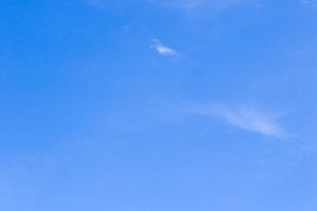 Fond de ciel, couleurs bleu et blanc