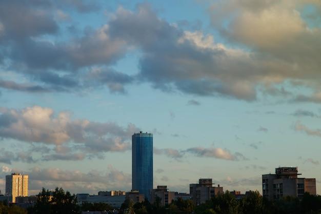 Fond de ciel incroyable avec des nuages sur la ville. vue aérienne du paysage de la ville avec des bâtiments. espace copyright pour le site