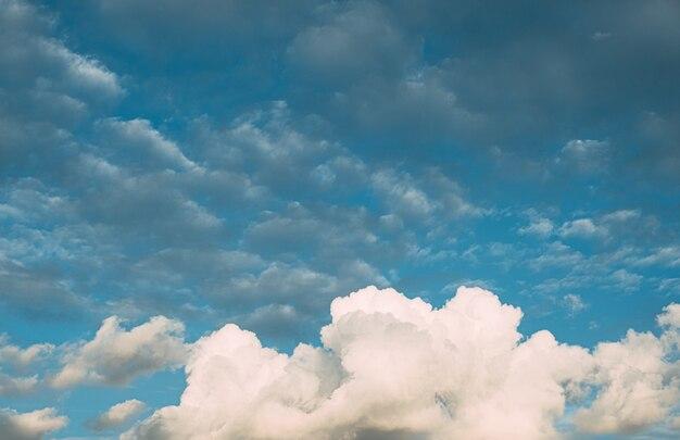 Fond de ciel de nuages blancs énormes fluffys avec fond de ciel bleu