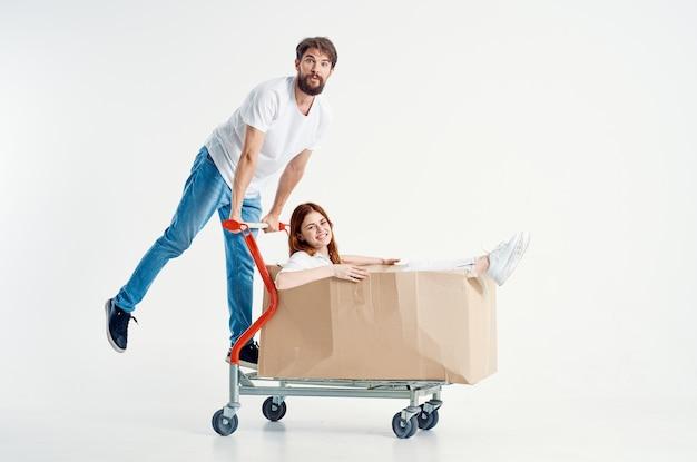 Fond clair amusant de mode de vie de supermarché d'homme et de femme