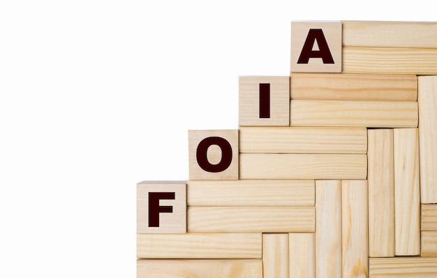 Sur fond clair, blocs de bois et cubes avec le texte foia the freedom of information act