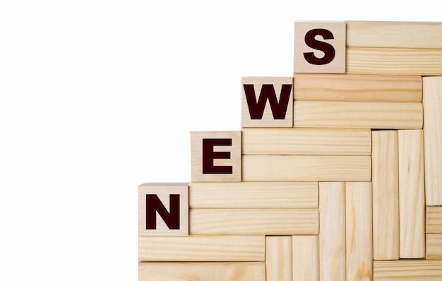 Sur fond clair, blocs de bois et cubes avec le texte news