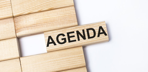 Sur un fond clair, des blocs de bois avec le texte agenda. vue de dessus en gros plan.