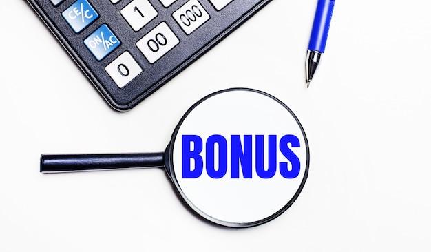 Sur fond clair, une calculatrice noire, un stylo bleu et une loupe avec du texte à l'intérieur du bonus