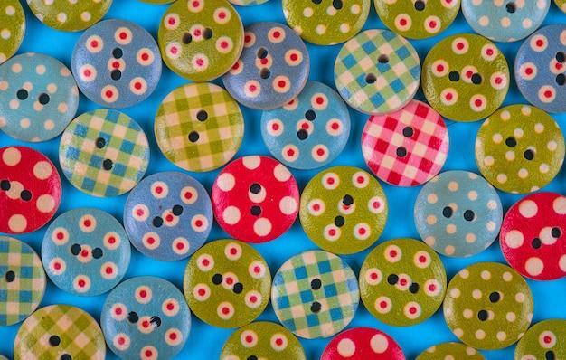 Fond clair composé de boutons multicolores