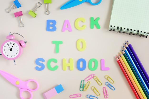 Sur fond clair, l'inscription back to school.hool matières.