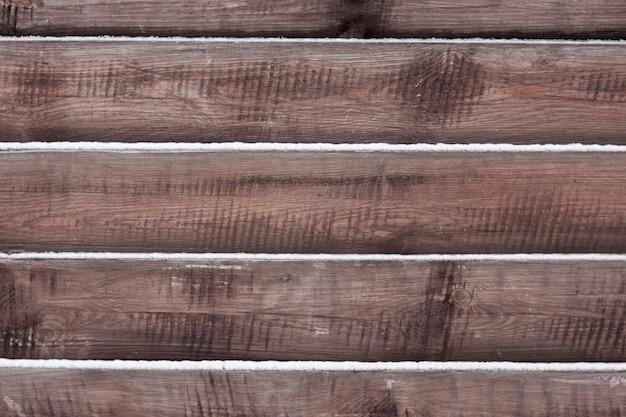 Fond de clôture en bois avec de la neige se trouvant sur les planches