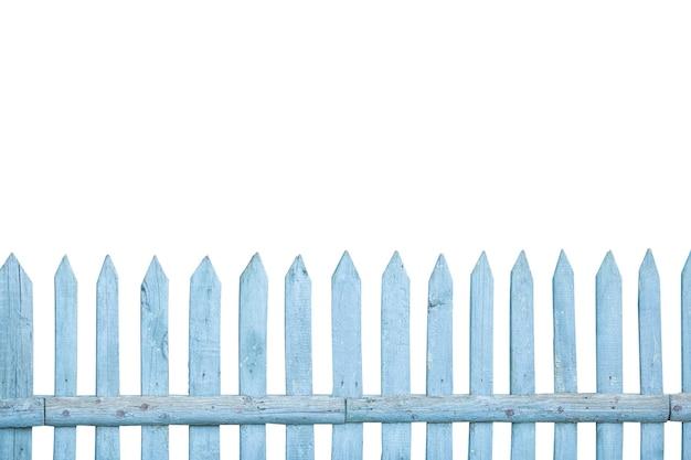 Fond de clôture en bois vintage bleu minable isolé sur fond blanc. concept de texture de clôture