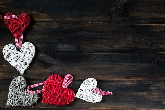 Fond avec des coeurs, valentine. la saint valentin. amour. coeurs en osier. place pour le texte. espace de copie
