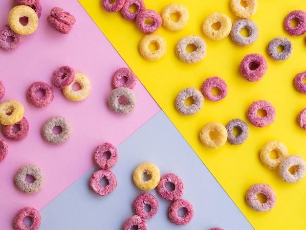 Fond coloré avec des boucles de fruits délicieux